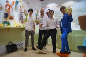tictoys-toys-exhibition-japan-founder-presenting-dasbrett-binabo-ecotoys-made-in-germany-wobel-board